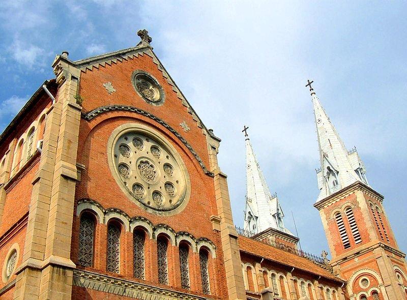 讓人宛如身處法國巴黎的紅教堂。(圖/yeowatzup@Wikimedia)