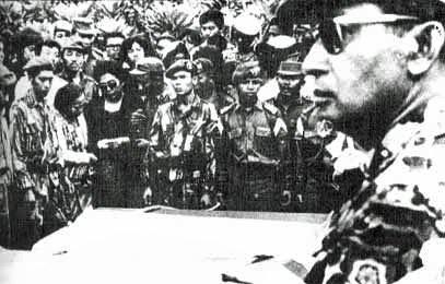 戴萬平將以親身走訪歷史現場的經歷,深入探討東南亞的血腥歷史和對未來的痛苦追求。(蘇哈托於1963,取自wiki)