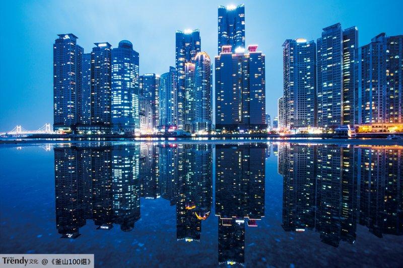 在下過雨的午後,拍攝令人目眩神迷的MARINE CITY夜景(本圖/文經授權轉載自TRENDY文化《釜山100選:像在地人一般旅行吧!》)