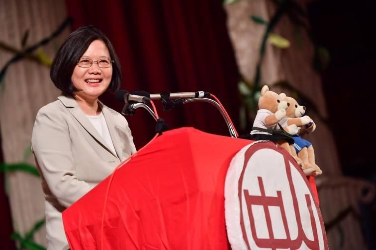 總統蔡英文出席母校中山女高畢業典禮。(取自蔡英文臉書)