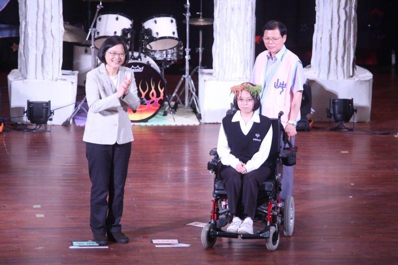 總統蔡英文(左)出席母校中山女高畢業典禮。(蔡耀徵攝)