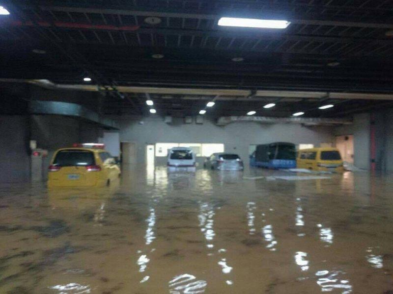 桃園機場多處淹水。(讀者提供)