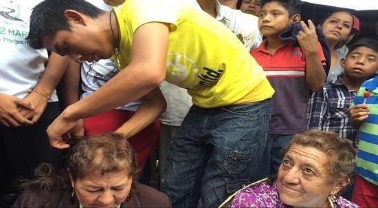 墨西哥科米坦(Comitán)多位學校教職員,因為拒絕參與罷工,5月31日被工會人員抓走,強制剃頭、掛牌、遊街(取自網路)