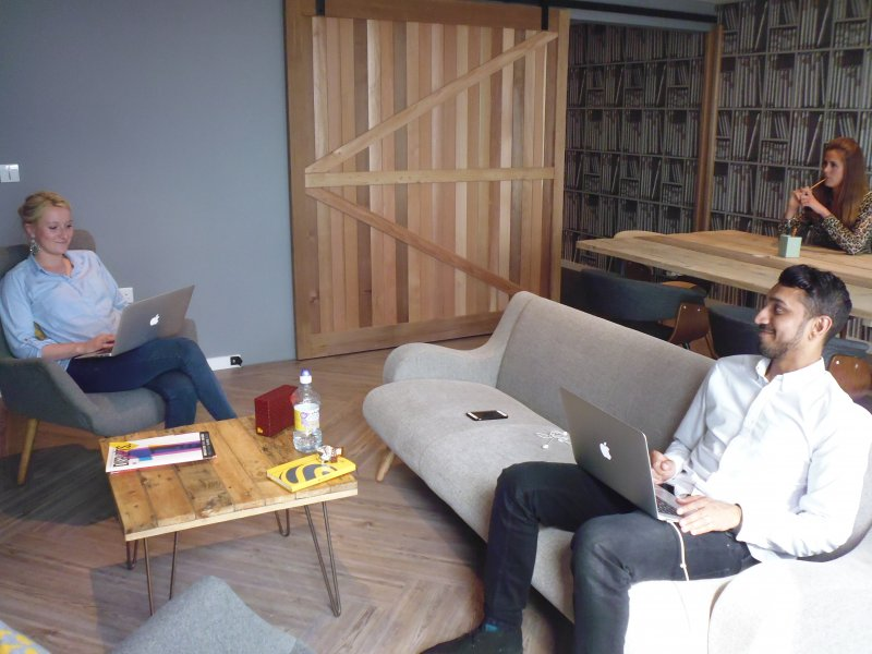 倫敦「集體生活」(Collective Living) 私人住房計劃,年輕房客在客廳上網工作。(白曉紅攝)