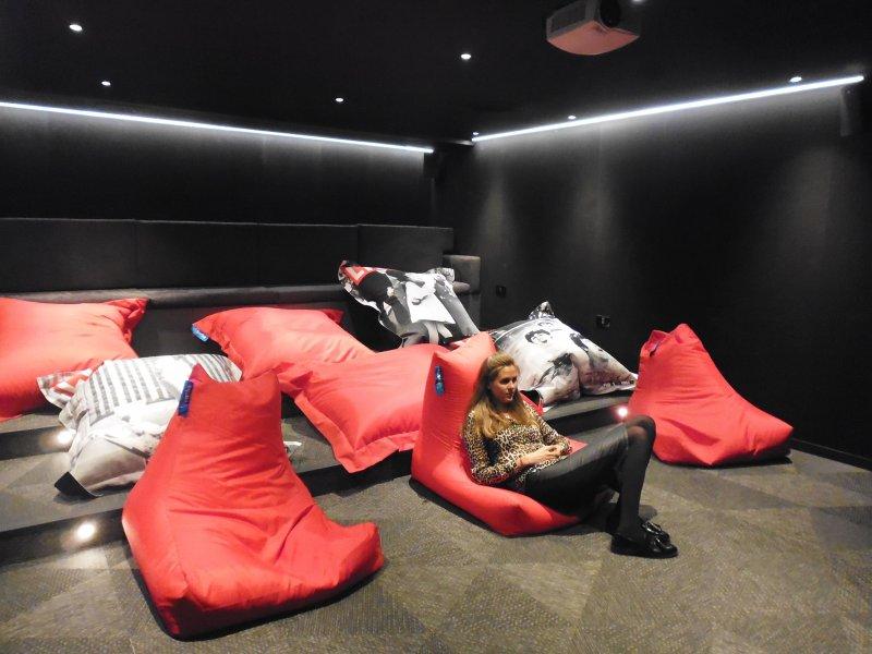 倫敦「集體生活」私人住房計劃大樓裡房客共用的電影院。(白曉紅攝)