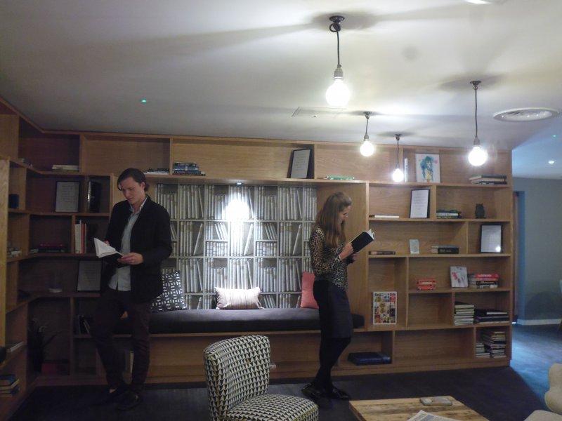 倫敦「集體生活」私人住房計劃大樓裡房客共用的圖書館。(白曉紅攝)