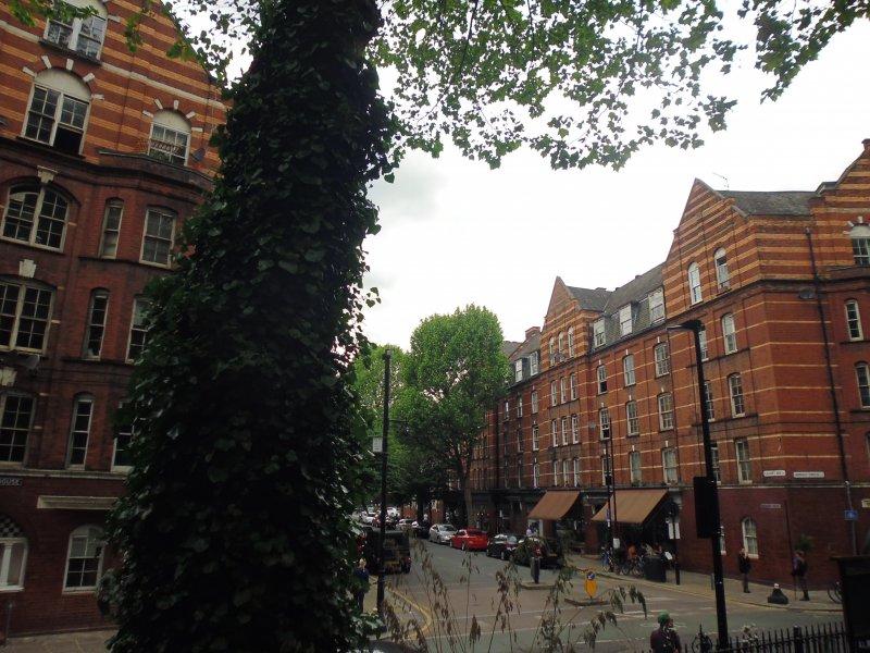 倫敦十九世紀建蓋的社會住宅Boundary Estate,如今多被商人買去,炒高了房價,當地因此「雅痞」起來了。(白曉紅攝)
