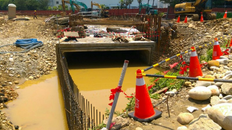 20160603-SMG0045-007-機場工程排水H幹管匯入埔心溪現場-行政院提供.jpg