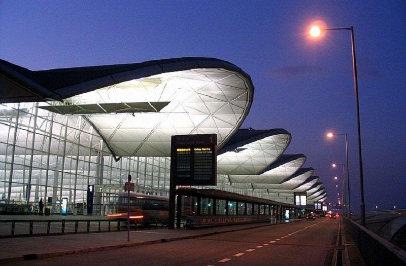 比桃機二航廈晚動工卻早啟用的香港赤鱲角機場。(匯駿顧問公司官網)