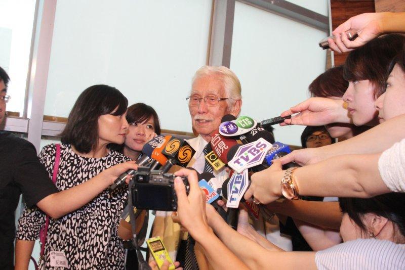 前總統陳水扁抵達位於台北市大直典華會館的凱達格蘭基金會餐會。辜寬敏。(王德為攝)