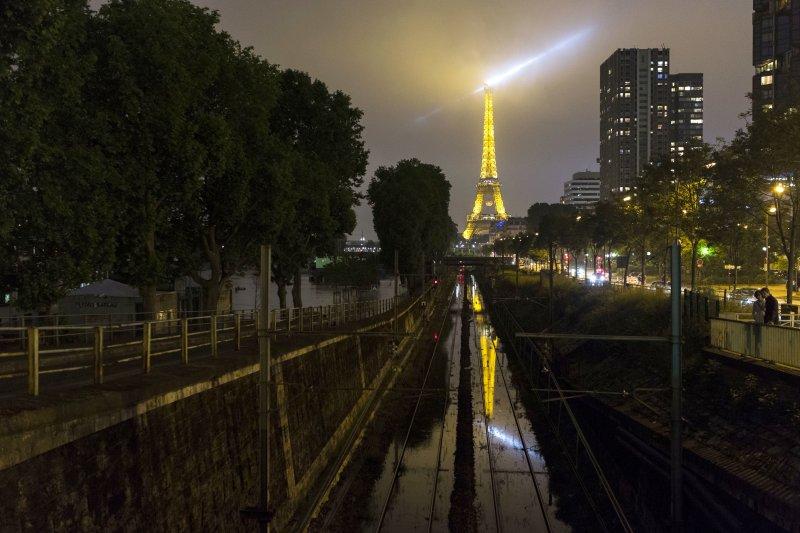 夜晚的巴黎,路面仍積水。(美聯社)
