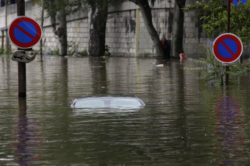 巴黎的積水深度幾讓汽車滅頂。(美聯社)
