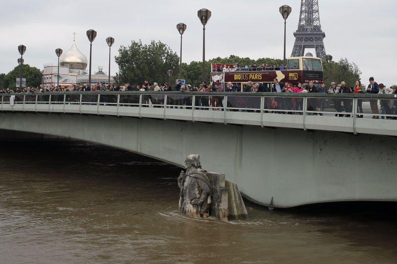 巴黎積水高度已淹至橋墩。(美聯社)