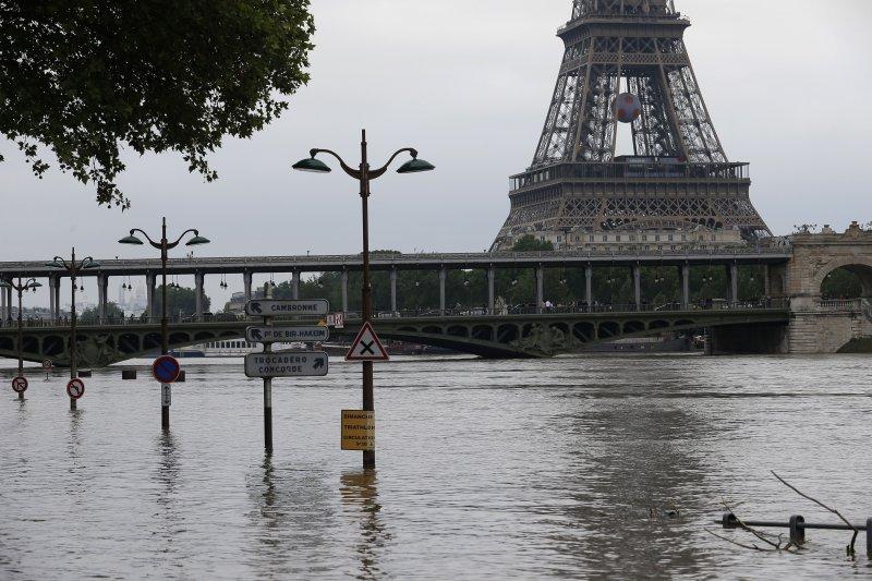 巴黎積水未退。(美聯社)