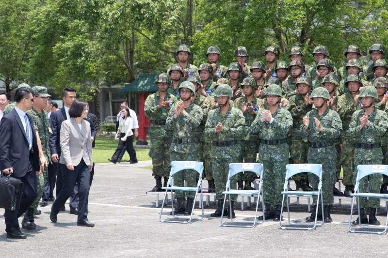 總統蔡英文4日視導宜蘭部隊,第二站抵達陸軍金六結營區視察新訓中心。(顏麟宇攝)