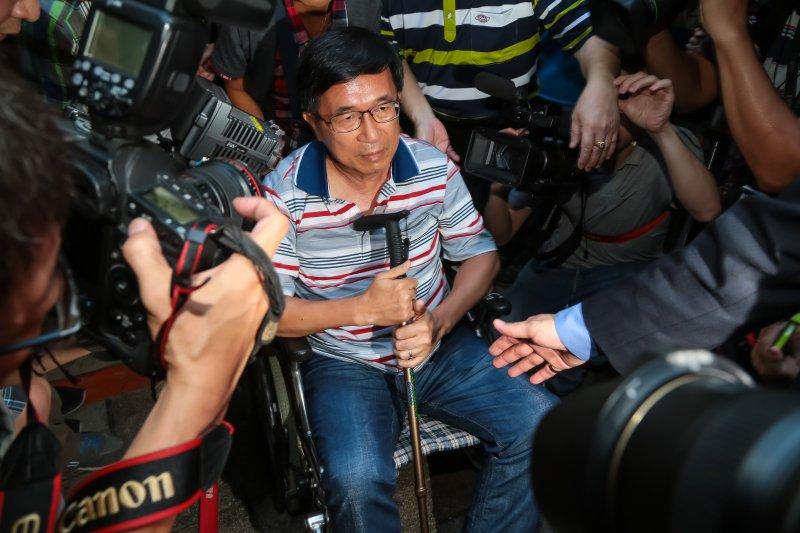 前總統陳水扁4日自左營搭高鐵北上抵達北市民生東路老家。(顏麟宇攝)