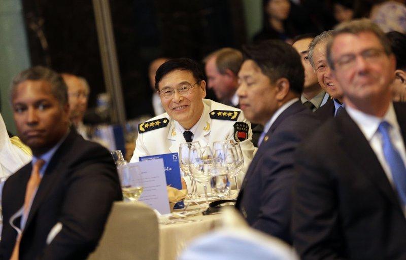 3日的開幕晚宴上,中國代表團團長孫建國(著軍服者)就坐在美國代表團的鄰桌,最右即為卡特。(美聯社)