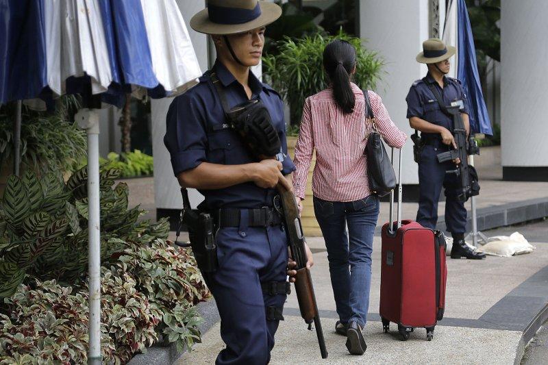 第15屆亞洲安全會議舉辦地點新加坡香格里拉飯店外,戒備森嚴。(美聯社)