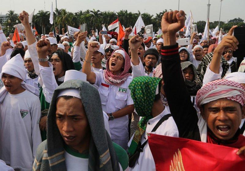 穆斯林抗議者3日於雅加達街頭反對共產主義(美聯社)