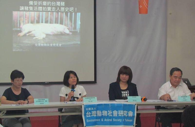 民進黨立委蔡培慧要求農委會應推動「屠體評級交易」,取代活體拍賣交易。(作者提供)