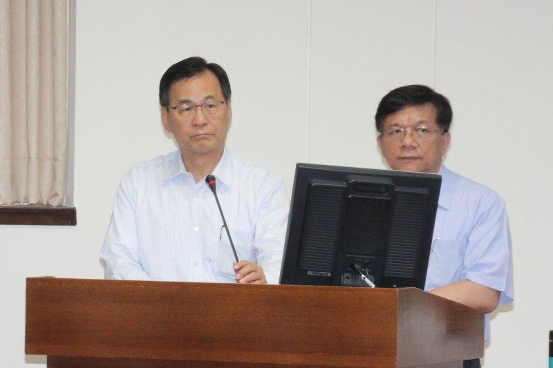 經濟部長李世光、台電董事長黃重球6日於委員會備詢。(王德為攝)