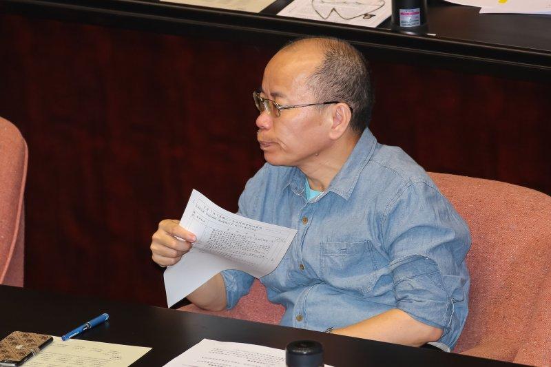 行政院政務委員張景森7日下午出席院會時,在原本早上的運動衫外再套上一件藍色襯衫。(顏麟宇攝)