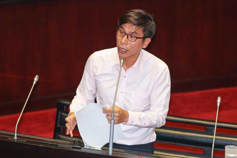 民進黨立委鍾佳濱7日於立院質詢。(顏麟宇攝)