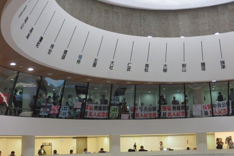 支持與反對中央公園蓋李科永圖書館的雙方,在議會旁聽席表達意見。(楊伯祿攝)