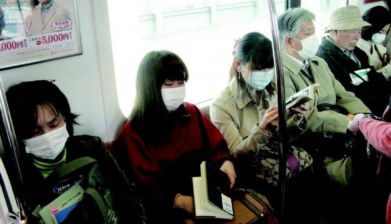 三月的東京電車車廂裡。這個季節流行花粉症,還有些人感冒,因此戴口罩的人非常多。(圖/貓頭鷹出版提供)