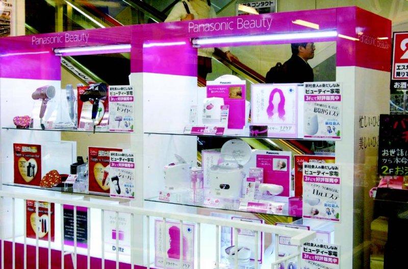 美容家電賣場,在一部分商品架、牆壁都多用鮮豔的粉紅色,非常引人注目,又容易被發現。(圖/貓頭鷹出版提供)