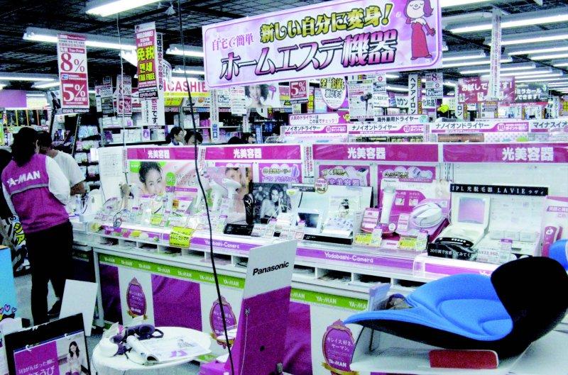 「光美容」機器的人氣目前相當高,在賣場也占據很多空間。(圖/貓頭鷹出版提供)