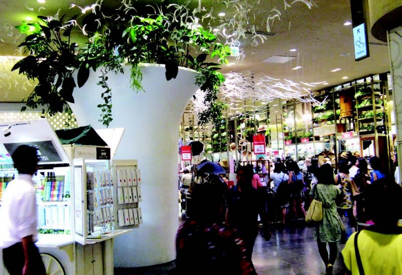 大型商城、百貨店也積極引入植物裝潢。(圖/貓頭鷹出版提供)