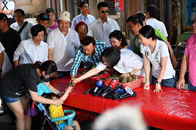 總統蔡英文9日上午前往新北市貢寮,出席「小英總統與貢寮阿嬤的幸福約定」,和貢寮阿嬤一起包粽子。(總統府提供)