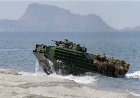 美國面對中國擴建黃岩島的威脅,多次演習登陸作戰。(美聯社)A U.S. Navy amphibious assault vehicle is seen on a beach facing Scarborough Shoal.