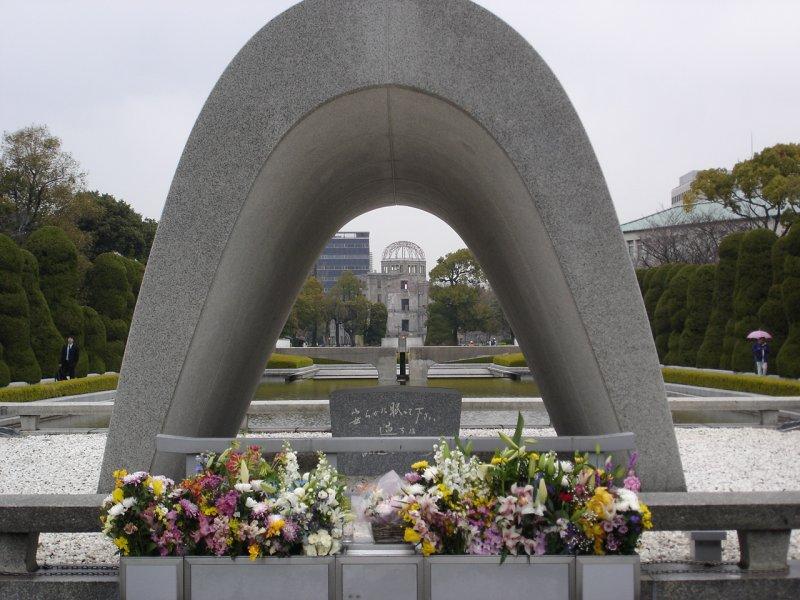 位於廣島和平紀念公園內的原爆遇難者紀念碑。(圖/Peter Broster@flickr)