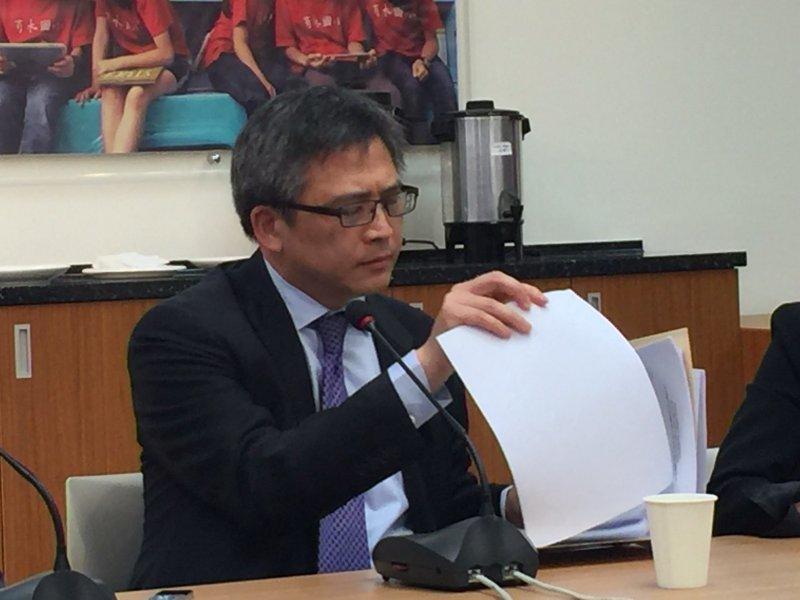 美國在台協會(AIT)處長梅健華(Kin Moy)今天與媒體茶敘時表示,進入美國所使用護照必須清楚、明確而沒有任何遮蔽。(仇佩芬攝)