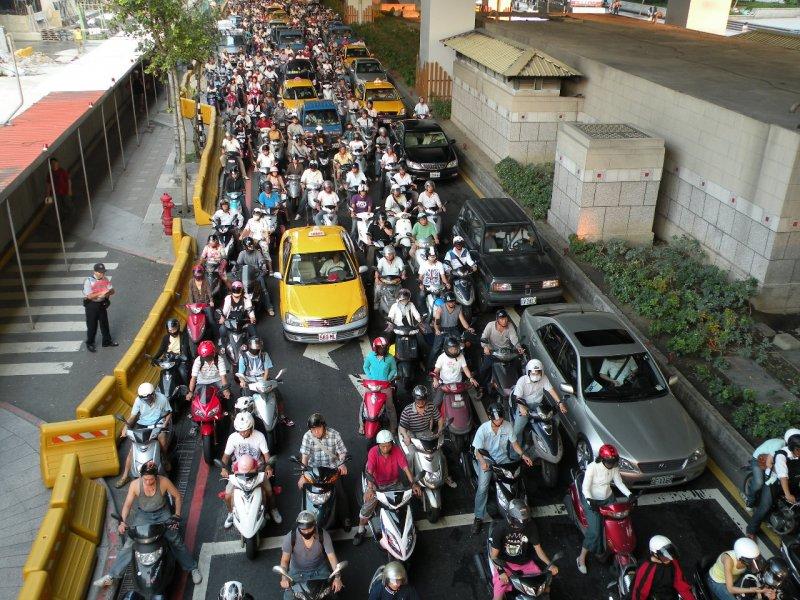 相對於講究禮讓的日本和歐美國家,旅客適應台灣交通恐怕需要多一點膽量。(圖/wikipedia)