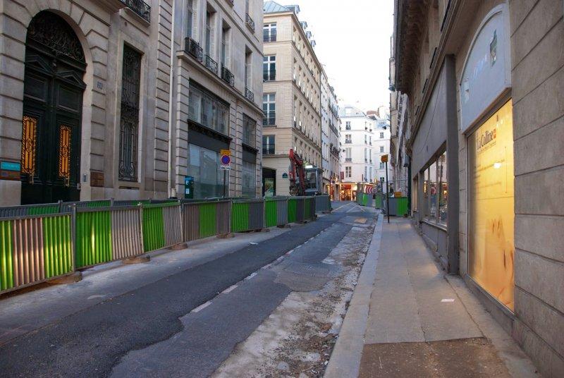 漫步在巴黎的街道上,喚起了人們的浪漫情愫,然而面對失業率和生活費節節高升的窘況,法國人可一點也不浪漫。(印刻提供)