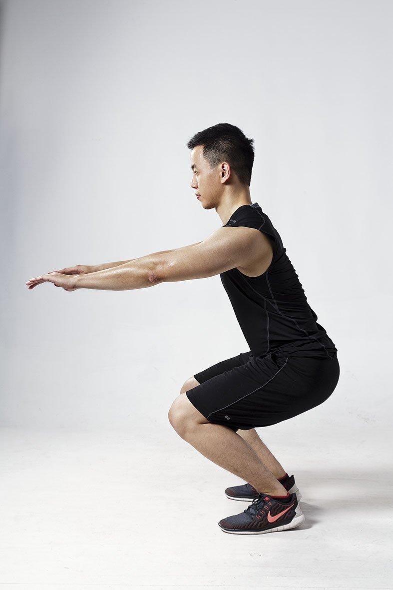 笨蛋式深蹲:髖關節幾乎沒有活動,全部都由膝蓋的向前位移來做出蹲下的動作。這是最常見的深蹲錯誤。(圖/三采文化提供)