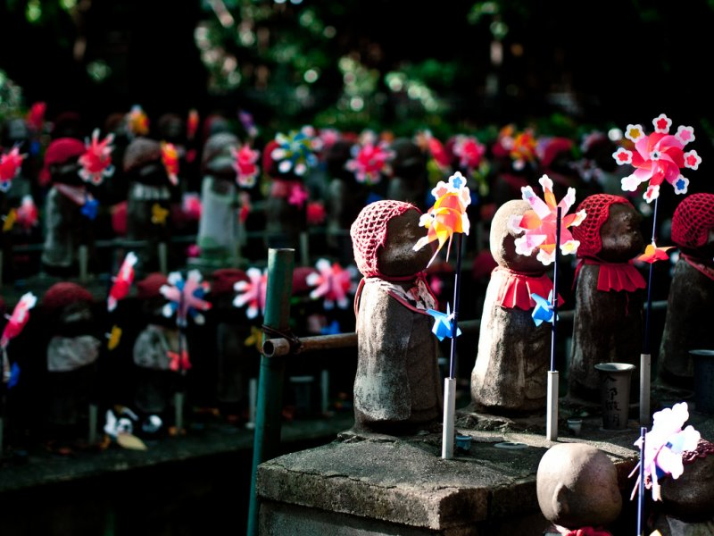 東京增上寺中,有許多父母向寺廟捐贈,立起保佑夭折孩子的小地藏王石像。(圖/Sea Crane@Flickr)