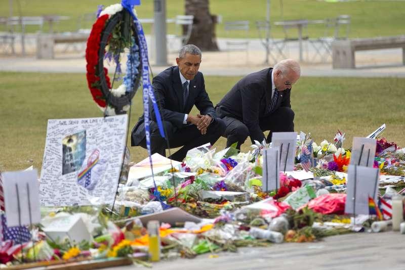 歐巴馬總統及副總統拜登前往奧蘭多悼念槍擊案受害者(美聯社)