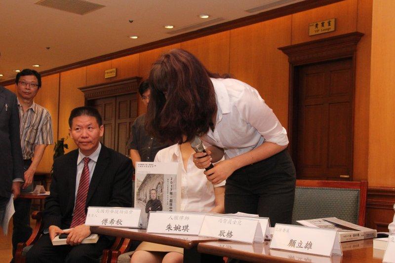 立委尤美女等主辦立法院跨黨派國際人權促進會記者會 人權律師高智晟女兒 耿格 鞠躬道謝。(王德為攝)
