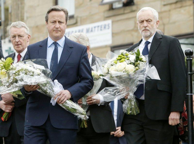 英國首相卡麥隆(左)及工黨黨魁柯賓(右)向柯克斯致意(美聯社)