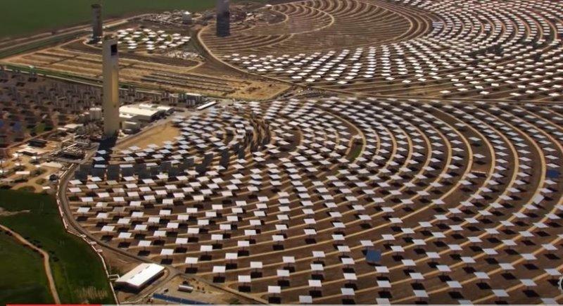 太陽能板沒有人去維護,也將失去功能,變成只是單純的白板。(圖/#Mind Warehouse@youtube)