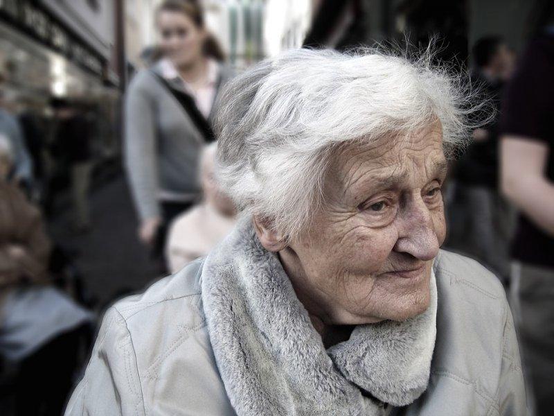 一般來說,女性的平均年齡比男性多5至6歲,是為什麼呢?(圖/取自Pixabay)