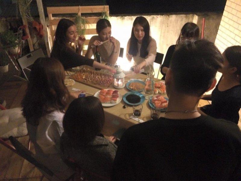 超大餐桌讓來自不同地方的朋友們坐下來一同分享美食與故事。(圖/9Floor Apt. 玖樓@fb)