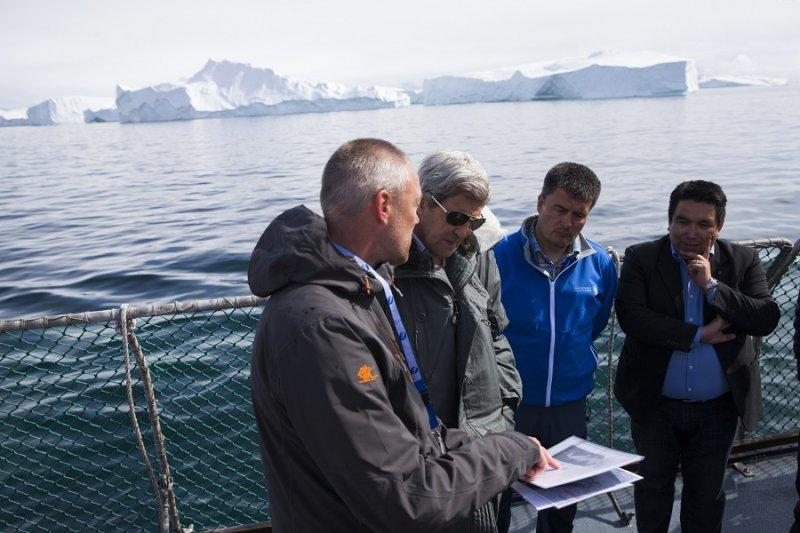 格陵蘭總理基爾森(右二)17日與來訪的美國國務卿凱瑞(左二)(美聯社)