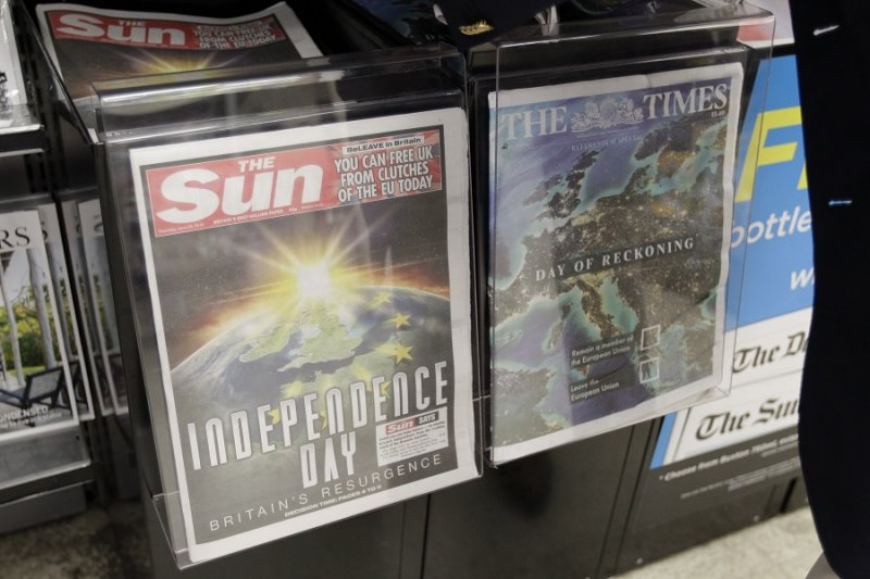 公投日報紙頭版,左為支持脫歐的《太陽報》,右為支持續留歐盟的《泰晤士報》(美聯社)