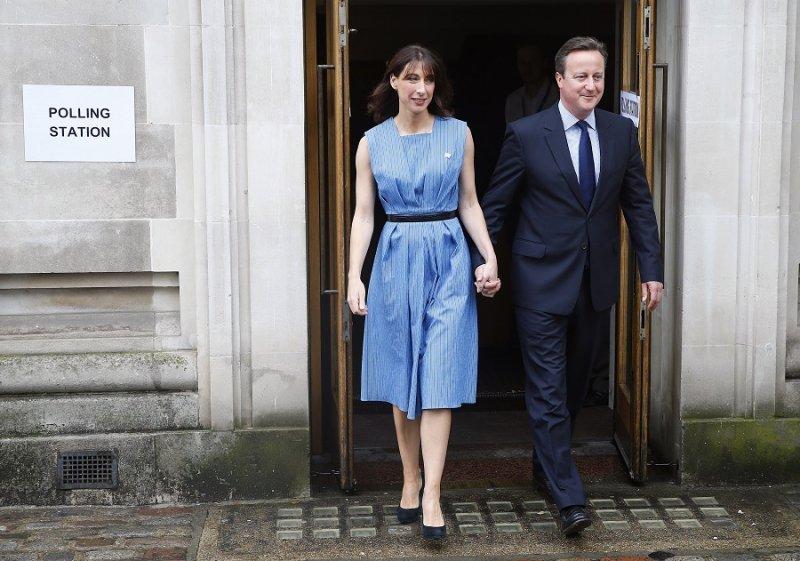 支持歐盟的英國首相卡麥隆及夫人走出投票所(美聯社)