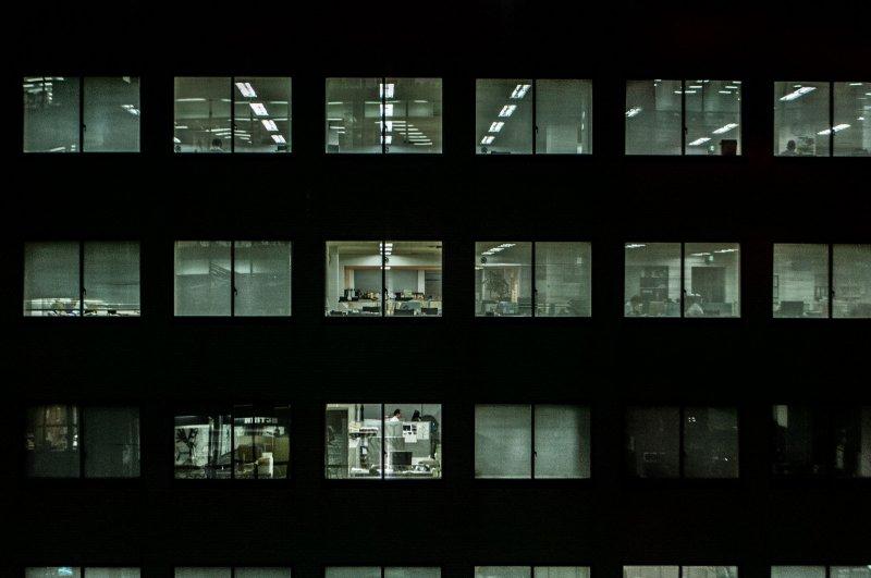 對日本人來說加班是義務,別人沒下班,你怎麼敢下班呢?(圖/sayot@Flickr)